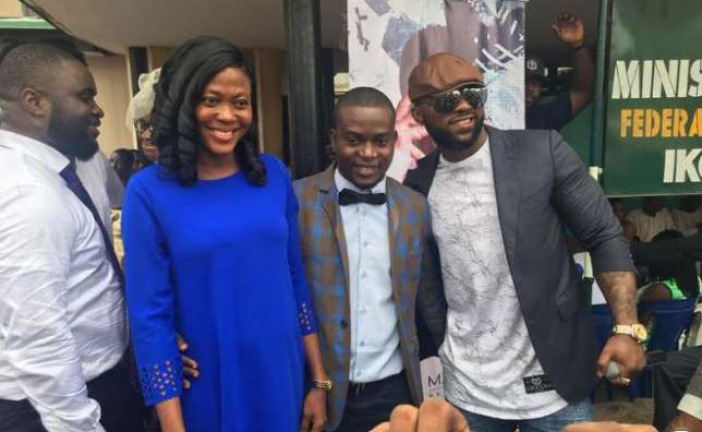 Iyanya surprises newly married couples with performance