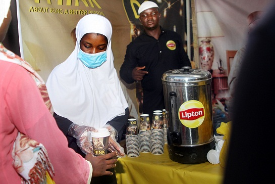 Lipton-Activation-Team-serving-Muslim-faithful-hot-cups-of-Lipton-2