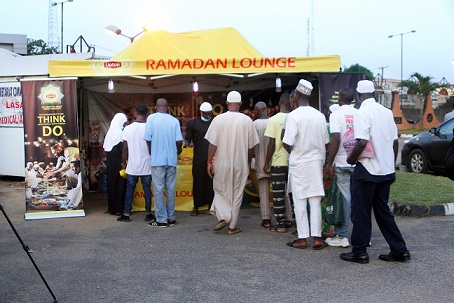 Muslim-faithful-receiving-Lipton-at-Alausa-Central-Mosque-Lagos