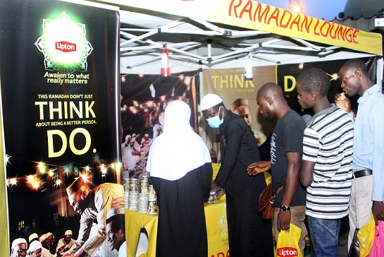 Muslim-faithful-receiving-hot-cups-of-Lipton