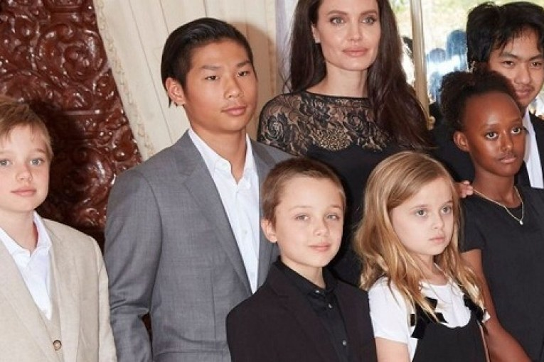 Angelina-Jolie-and-kids-acadaextra