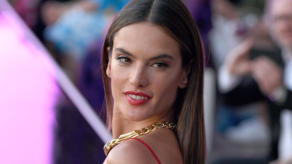 Leave It to Alessandra Ambrosio to Make Grocery Shopping in Overalls Look Super Chic