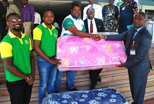 PIC 5 MOUKA FOAM DONATES TO BABIES ON CHILDRENS DAY AT UCH IBADAN (1)