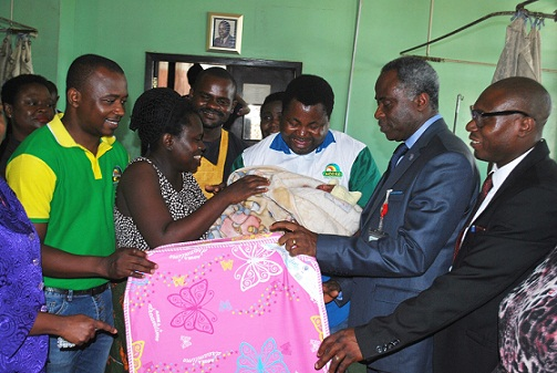 PIC 6 MOUKA FOAM DONATES TO BABIES ON CHILDRENS DAY AT UCH IBADAN