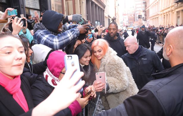 Kylie-Jenner-takes-in-NYC-acadaextra