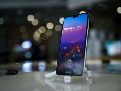 Huawei Punishes Staff after iPhone used for Official Happy New Year Tweet