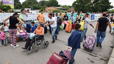 Desperate Venezuelans Sell Hair on Border as Military blocks US aid from Crossing Bridge